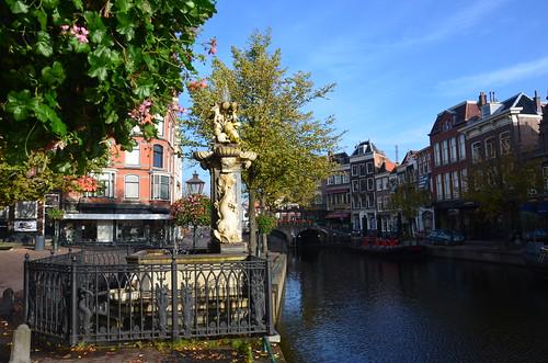 Bild von einer Statue an einer Gracht in Leiden