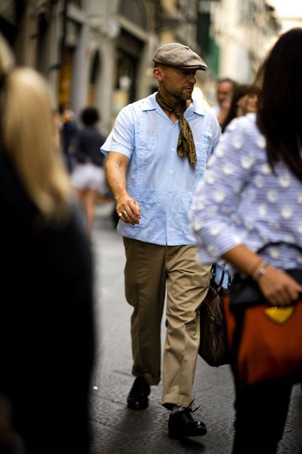 ベージュハンチング×ライトブルー半袖開衿シャツ×チノパン×黒ダービーシューズ