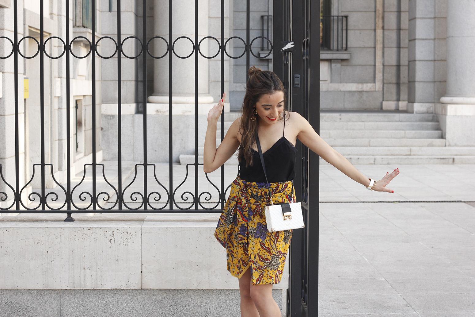 mustard floral skirt uterqüe bag heels summer outfit06