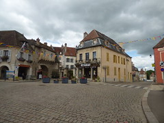 Rue de l'Ancienne Comédie, Semur-en-Auxois - Office de Tourisme, La Porte Guillier and Restaurant Cafe des Arts - Photo of Athie