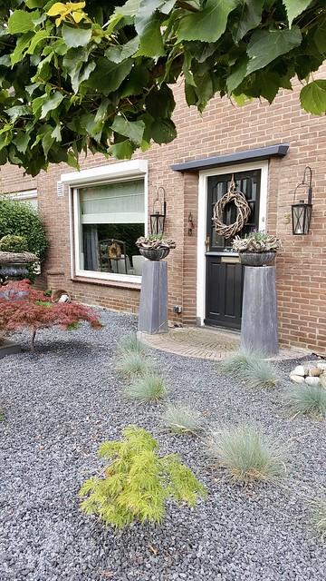 Zuilen met potten bij de voordeur