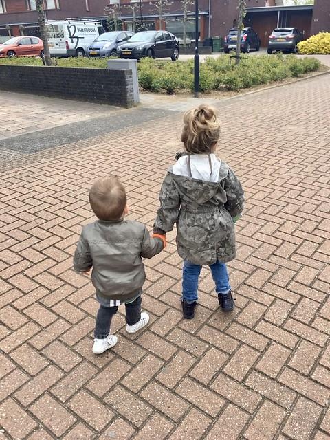 Kinderen onderweg naar oma