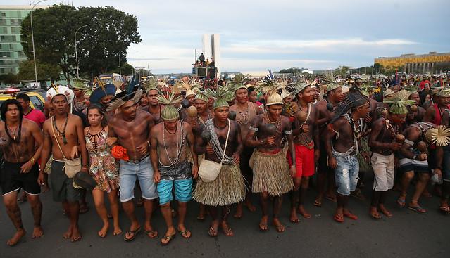 Povos indígenas fazem manifestação durante o Acampamento Terra Livre, na Esplanada dos Ministérios, em Brasília - Créditos: José Cruz/Agência Brasil