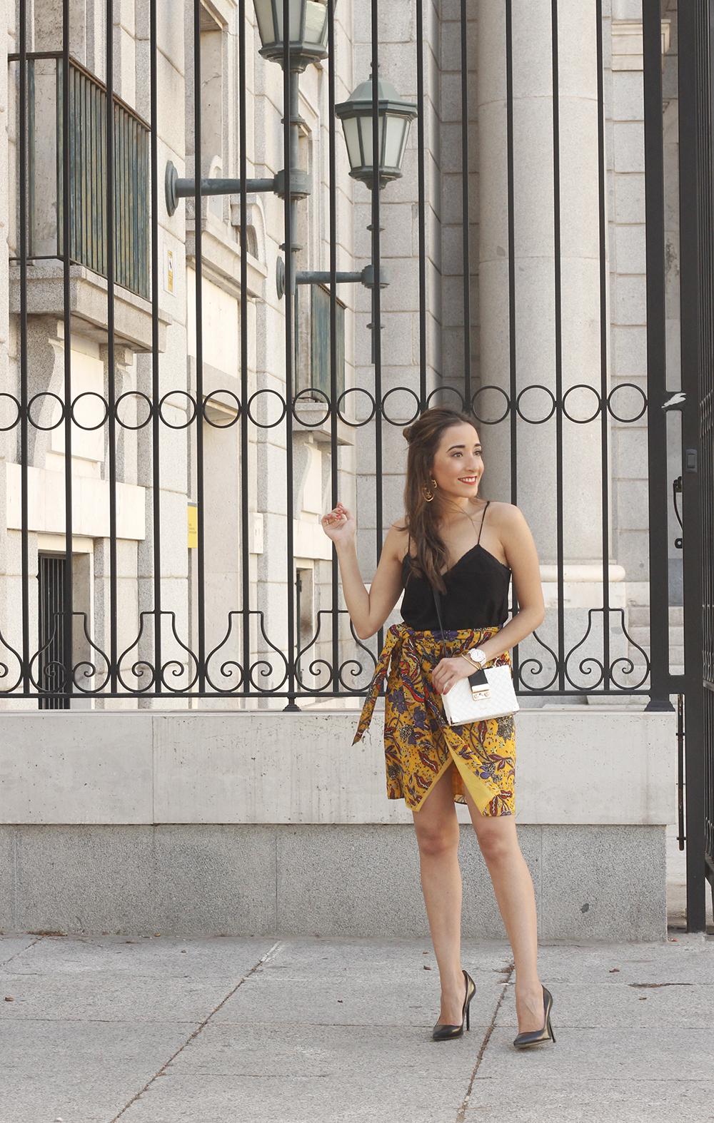 mustard floral skirt uterqüe bag heels summer outfit03