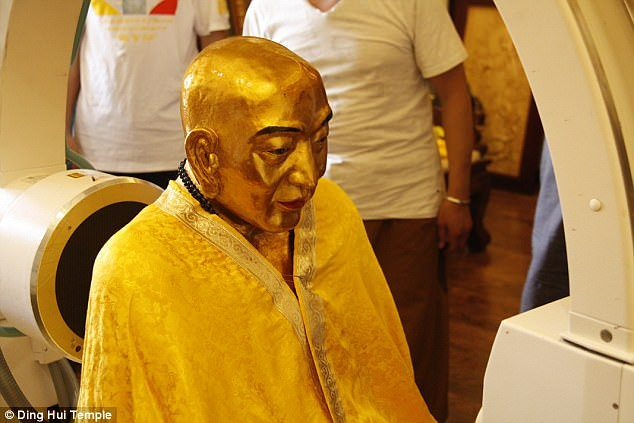 Tubuh Master Cí Xián Sānzàng yang diawetkan menjalankan pemindaian dengan CT scan pekan lalu di Tiongkok. Foto: Vihara Ding Hui (Daily Mail)