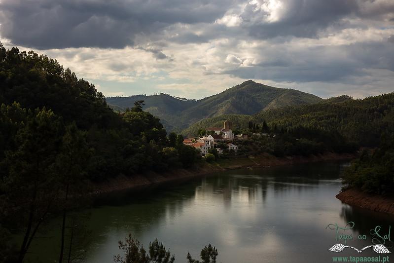 A encantadora vila de Dornes, uma pequena península à beira do Zêzere…
