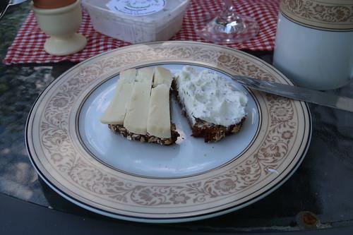 Ziegenkäse und Ziegenfrischkäse mit Gartenkräutern (aus dem Regionalladen auf der Wasserkuppe) auf Vollkornbrot (von der Antonius Bäckerei)