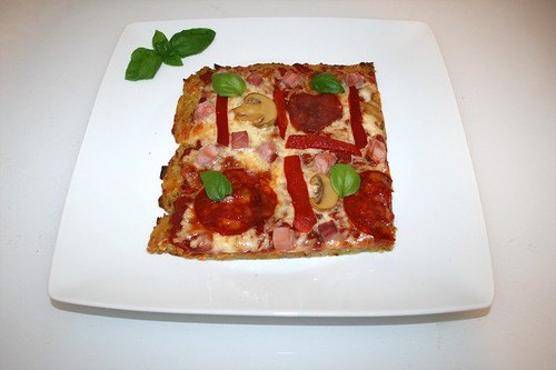 56 - Potato pancake pizza - Served / Reibekuchenpizza - Serviert
