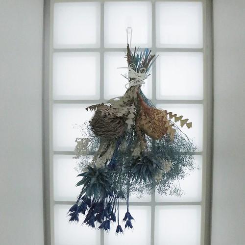 ドライフラワーを吊るす、「スワッグ」を飾ってみました。フックが透明なので目立たず、かつガラス面にも貼れるし、後で剥がすこともできるのって素晴らしすぎる。