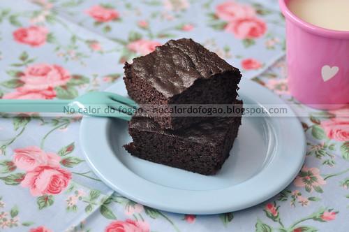 Bolo de chocolate adoçado com tâmaras