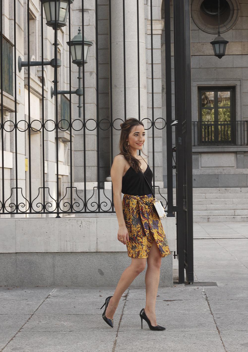 mustard floral skirt uterqüe bag heels summer outfit04