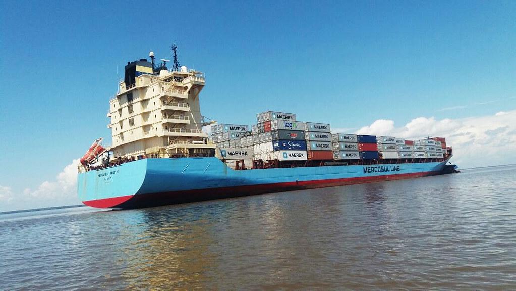 Mergulhadores fazem varredura na área do acidente no rio Amazonas, em Óbidos, navio que provocou o choque