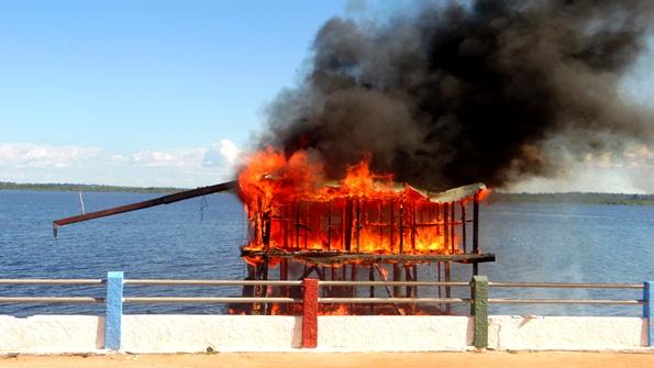 Incêndio criminoso de balsa coloca em confronto Faro, no PA, e Nhamundá, no AM, BALSA2