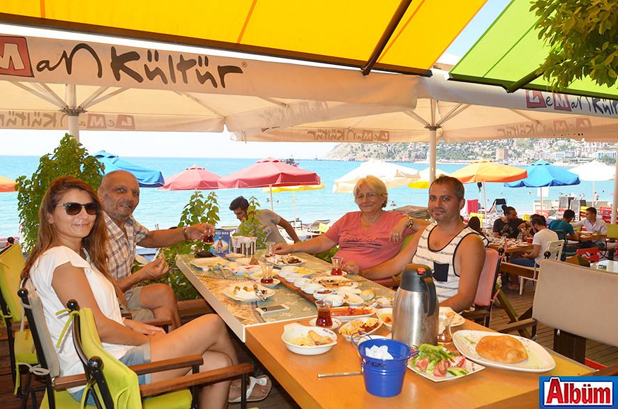 Selin ve Yılmaz Fidancı çifti ailesi ile birlikte Leman Kültür'de pazar keyfi yaptı.