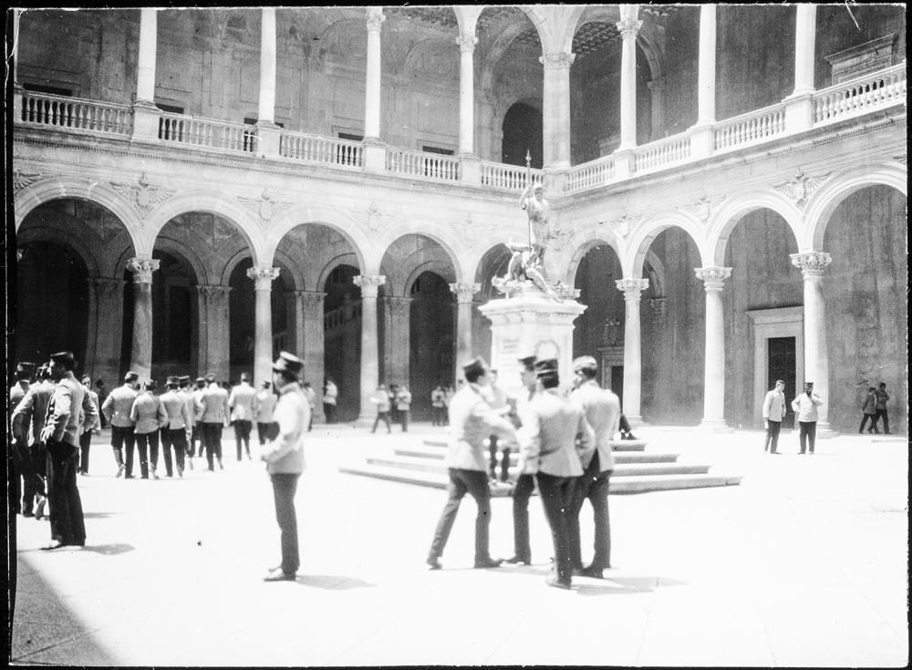 Patio del Alcázar hacia 1906. Fotografía de Charles Fournier © Fototeca del IPCE, MECD. Signatura MOR-008_P