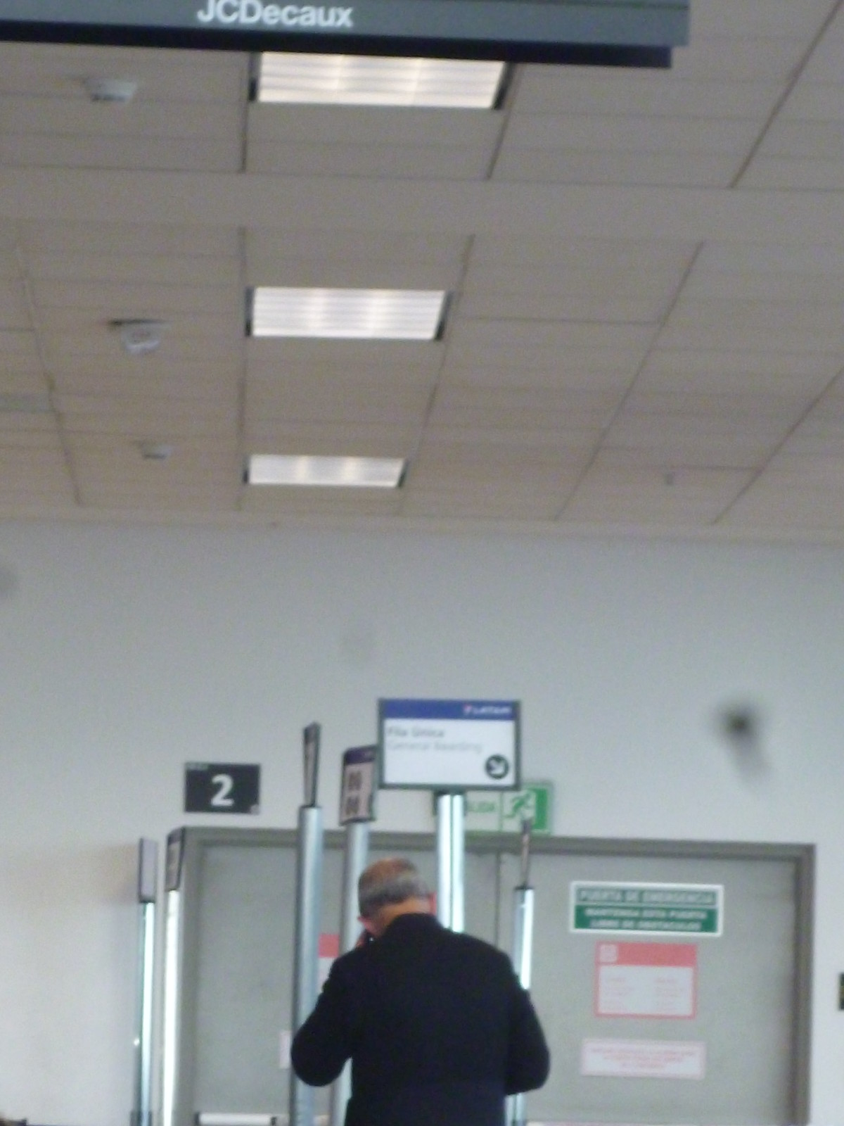 Sacerdote en aeropuerto, Panasonic DMC-S2