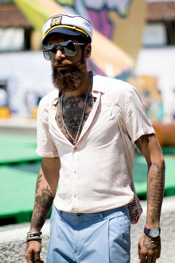 マリンキャップ×白半袖シャツ×ライトブルースラックス