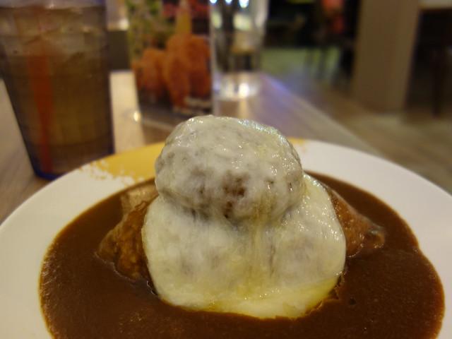 擺盤相當豪邁的6盎司起司漢堡咖哩飯@大阪來的Izumi Curry南港CITYLINK店