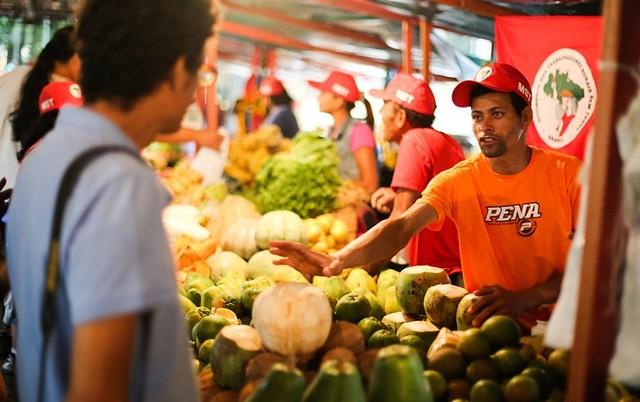 Na contramão do agronegócio, iniciativas ligadas a Movimento dos Trabalhadores Rurais Sem Terra (MST) levam produtos orgânicos ao consumidor - Créditos: Joka Madruga