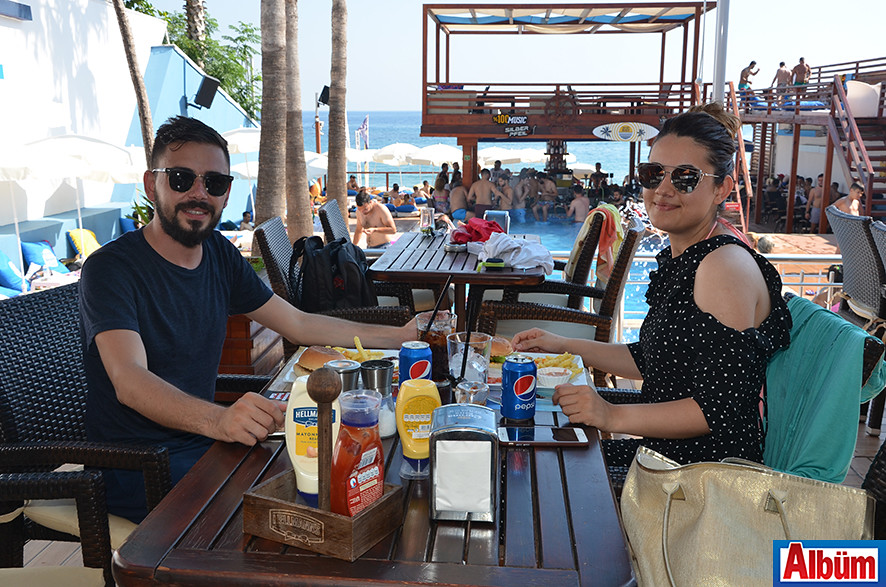 Tesbih-i Ala'nın sahibi Talip Akça ve nişanlısı Kübra Doğan da Havana Beach'teydi.