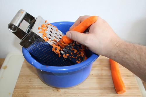 21 - Möhren reiben / Grate carrots