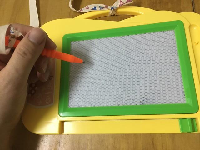 綁在筆上頭的繩子裝長一點,左撇子也拿得到筆@大創嬰幼兒用品