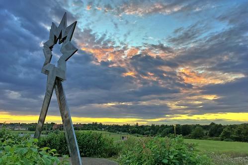 apple iphone se furzton lake triple star head sculpture milton keynes buckinghamshire public art sunset sky clouds