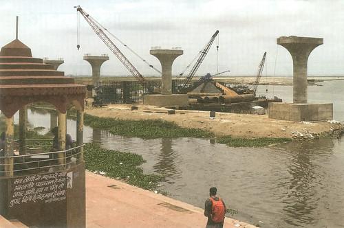 पटना में बन रहे गंगा पथ के निर्माण में अनुमति न होते हुए भी गंगा में मिट्टी डाल कर रास्ता भर दिया गया है