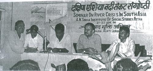 अपनी बात रखते हुये श्री देव नाथ देवन, साथ में श्री रामेश्वर सिंह, श्री विजय कुमार, श्री अजय दीक्षित तथा श्री प्रमोद कुं. सिंह
