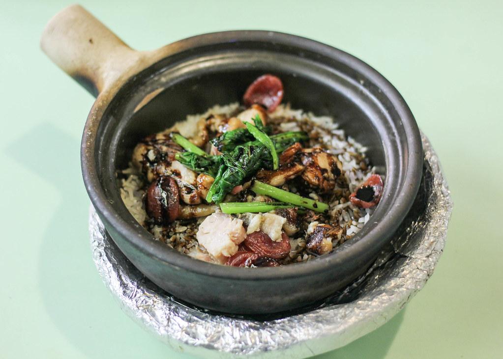Old Airport Road Food Centre: 132 Claypot Rice