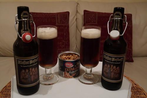 Kloster Urstoff von Rother Bräu und Extralang geröstete Erdnüsse von ültje