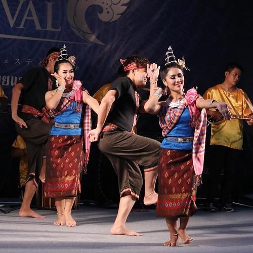 前回、タイの踊りを見たのはタイに行った時よりも前、なぜか大阪の屋形船の上だった。