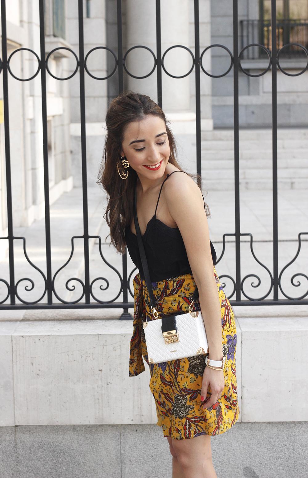 mustard floral skirt uterqüe bag heels summer outfit07