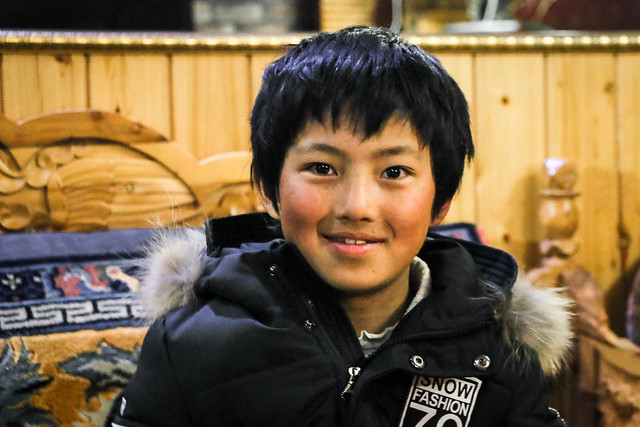 A boy in a Tibetan food restaurant, Luhuo ルーフォ チベット料理店の少年