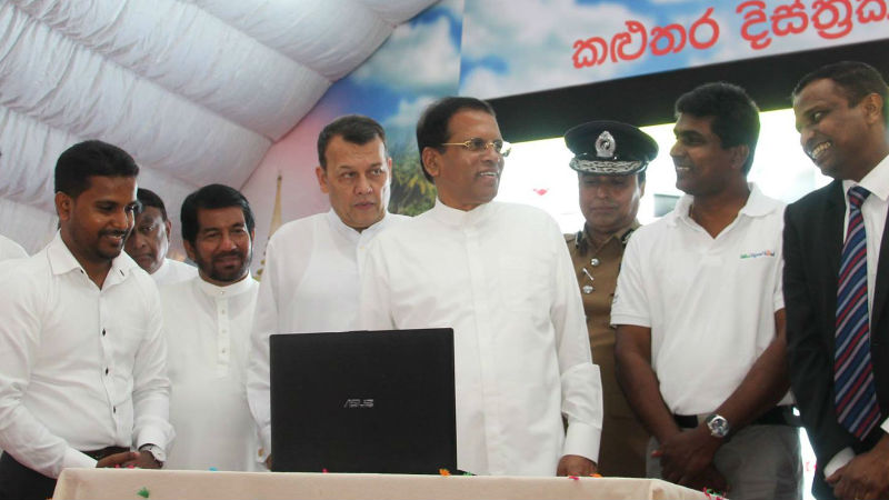 HE Maithripala Sirisena, President of Sri Lanka and visiting Research Fellow in our Department for Health, Dr Manuja Perera look at the website.