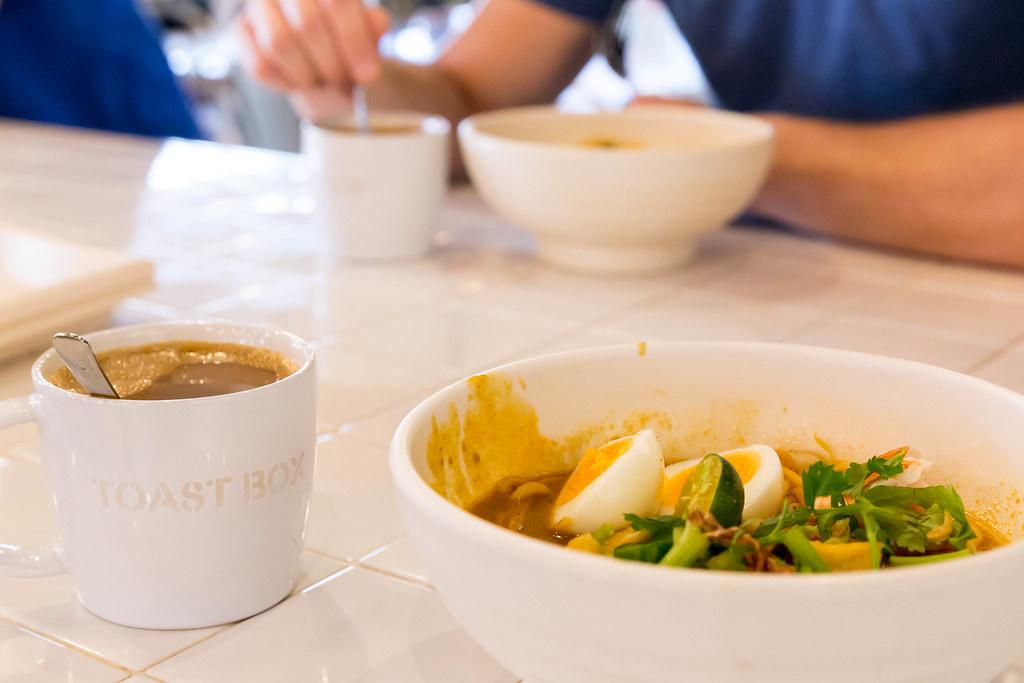 Frühstück mit Kopi-Kaffee und Suppe in Singapur