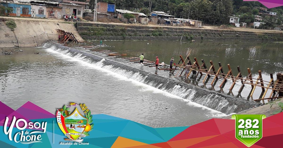 Construyen pantalla de madera en el río Chone para planta de agua potable