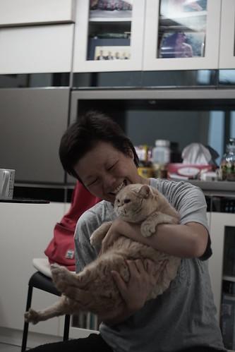 Fermi家中的大肥貓不怕人,也懂得向Fermi撒嬌。