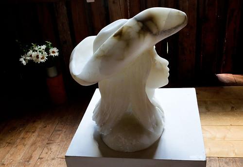 Flicka med trekantig hatt. I indisk marmor skapar Magnus Ringborg sina skulpturer.