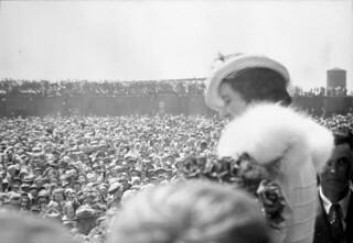 Queen Elizabeth greeted by 5,000 children from the area around Biggar, Saskatchewan /  La reine Élisabeth accueillie par 5 000 enfants de la région de Biggar (Saskatchewan)