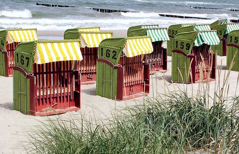 沙灘上的出租藤椅