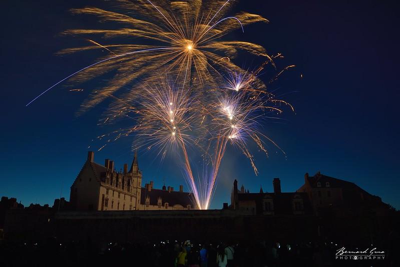 Gracieux et légers bouquets du feu d'artifice sur le château, 14 juillet, Nantes © Bernard Grua