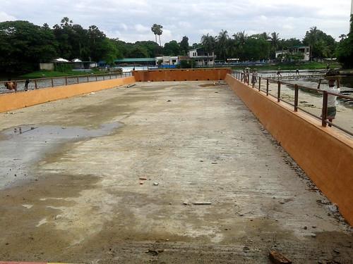 झील के किनारे हुआ निर्माण कार्य