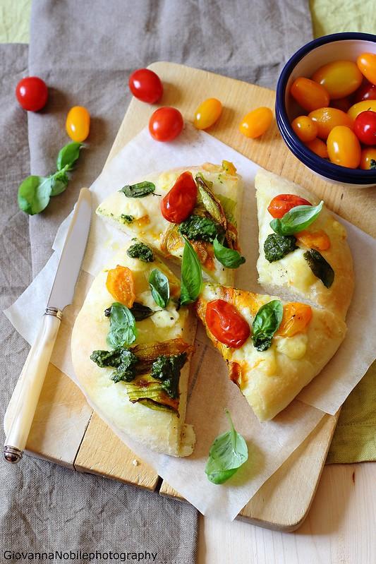 Ricetta della pizza con pecorino allo zafferano, caciocavallo, fiori di zucca, pomodori datterini colorati e pesto