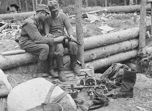 Finish soldiers check out a Soviet  PPSh-41 at Lajmola, Finland 1939.