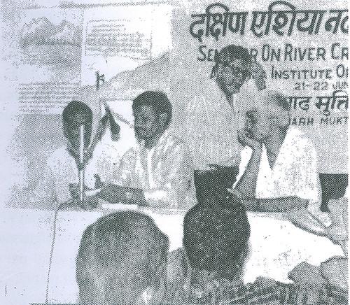 पत्रकारों के साथ सत्र में अपना वक्तव्य रखते हुये श्री प्रमोद कुमार सिंह साथ में बायें से श्री रामेश्वर सिंह, श्री अरुण श्रीवास्तव और श्री अरुण कुमार सिंह
