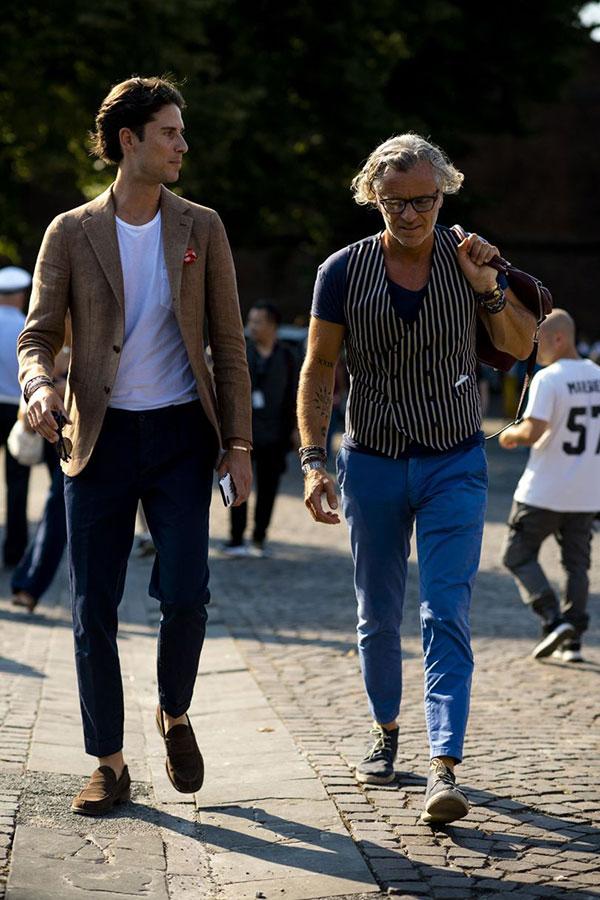 ライトブラウンジャケット×白Tシャツ×紺パンツ×コインローファー茶&紺Tシャツ×ストライプダブルジレ×青テーパードパンツ×グレーチャッカブーツ