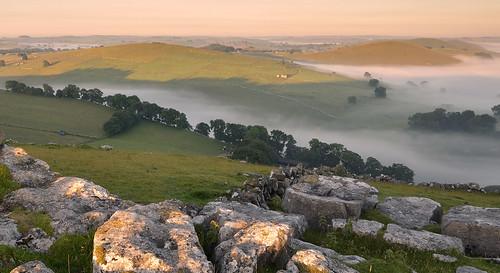 derbyshire derbyshirestaffordshireborder whitepeak peakdistrict peakdistrictnationalpark walkinginderbyshire wolfscotehill nationaltrust bleaberrytarn wolfscotedale riverdove limestone earlymorning mist