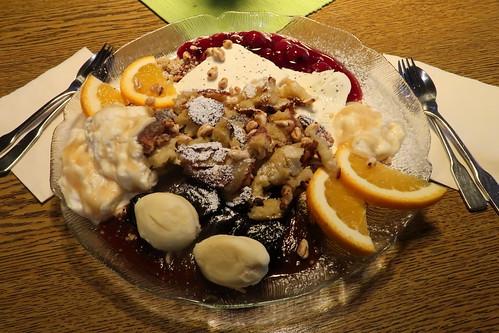 """""""Die süße Quellenversuchung"""" = u.a. Rhönschmarren, Sahne mit Apfelmus vermischt, Rote Grütze, Mohnhalbgefrorenes, Maddenöckchen und Haselnusskrömbeln als Nachtisch für zwei"""