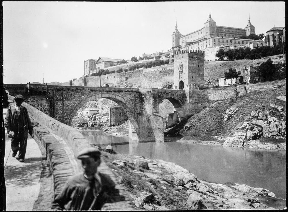 Puente de Alcántara y Alcázar hacia 1906. Fotografía de Charles Fournier © Fototeca del IPCE, MECD. Signatura MOR-003_P